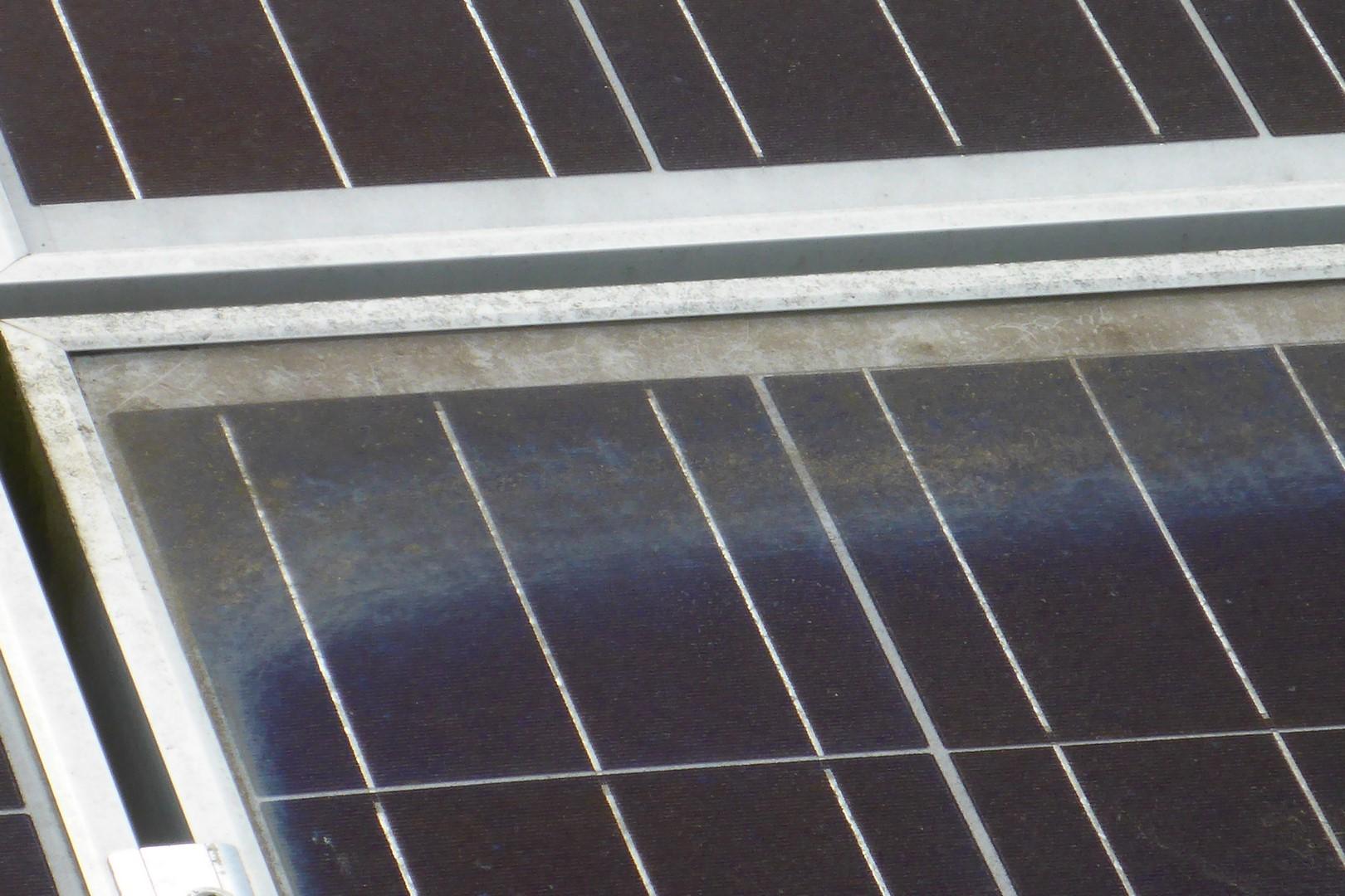 Glaskorrosion am Photovoltaikmodul durch langjährige Verschmutzung