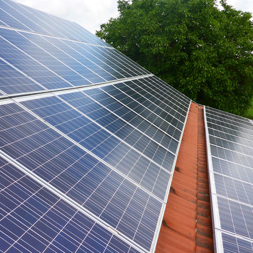 Wir reinigen Photovoltaikanlagen um Schäden vorzubeugen und die Laufzeit zu verlängern.